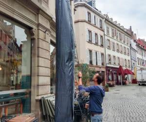Les bons réflexes pour prolonger la vie de vos parasols